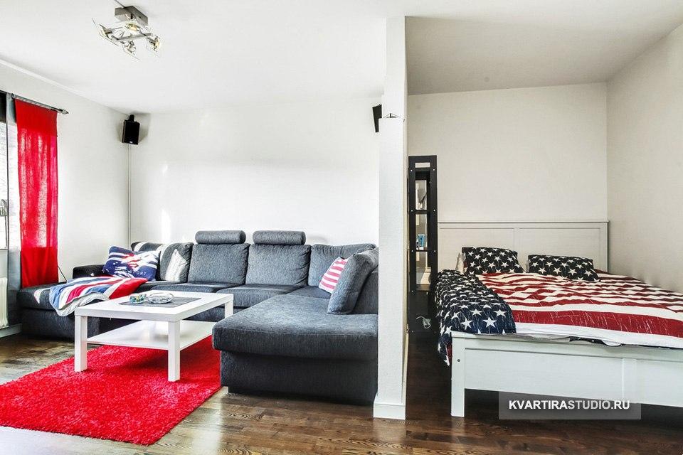 Зонирование совмещенной спальни-гостиной ступенчатой перегородкой.