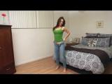 Девушка надевает узкие джинсы.
