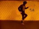 парень танцует шафл