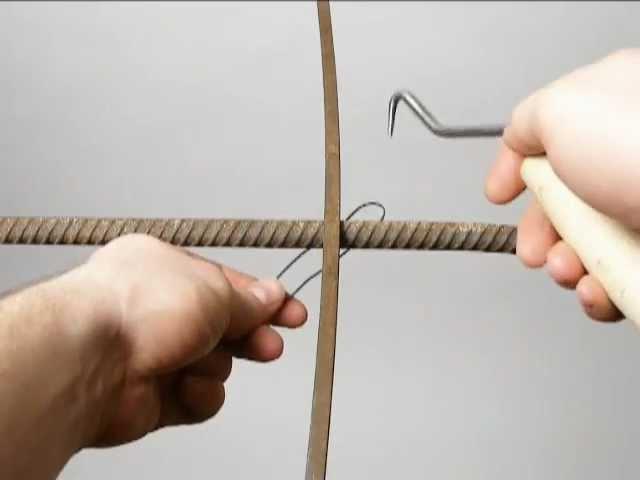 Tying reinforcing steel bars (rebar). Wiązanie drutu zbrojeniowego.