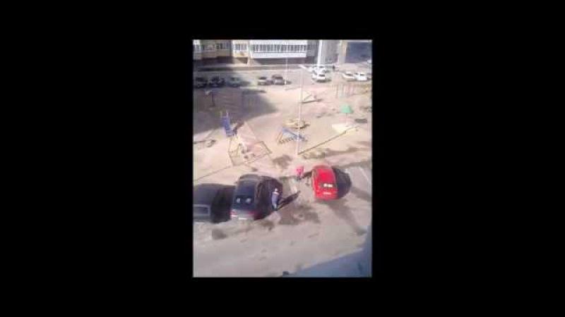 г Белгород ул Шаландина д 2 а 03 04 2015 рабочие убирают грязь с дороги в песочницу для детей