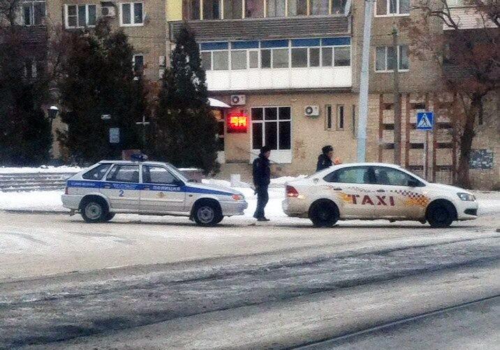В Таганроге полицейская машина «догнала» такси