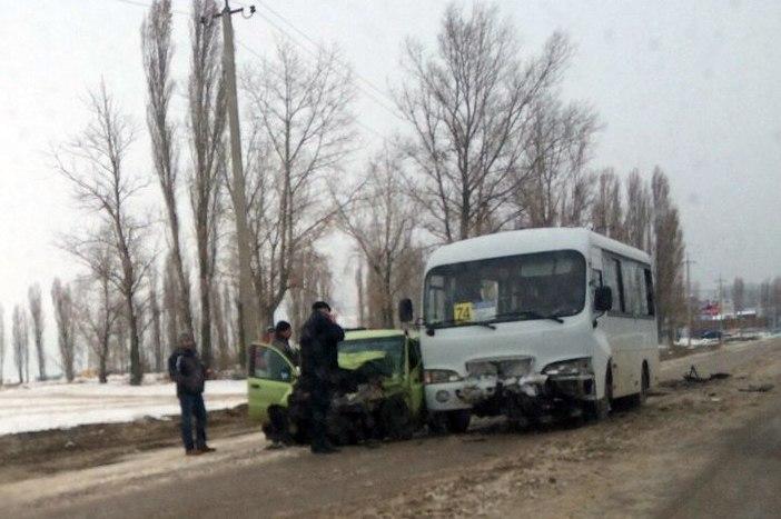 В Таганроге лоб в лоб столкнулись 74-маршрутка и Daewoo Matiz