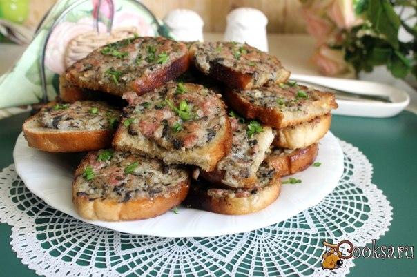 Гренки с мясным фаршем и шампиньонами #завтрак #кулинария #рецепты #еда #гренки #вкусно В нашей семье очень любят гренки с мясным фаршем и шампиньонами.Это вкусное и сытное блюдо, которое можно подать к завтраку или в качестве закуски к пиву, взять с собой на пикник или в дорогу. Оно хорошо тем, что из небольшого количества ингредиентов на выходе получается довольно много готового продукта. Вполне хватит, чтобы накормить большую компанию!
