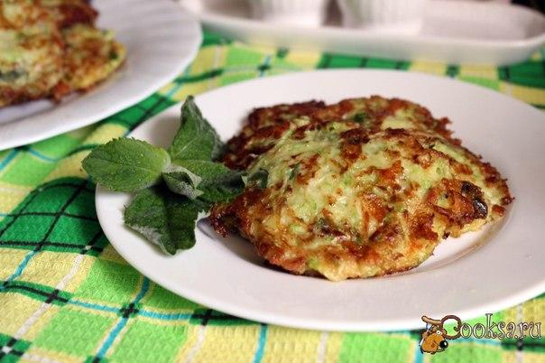 Кабачковые оладьи с сыром, беконом и мятой Попробуйте приготовить вкуснейшие кабачковые оладьи с сыром, беконом и мятой, уверена, таких Вы еще не кушали! Они настолько нежные, что просто тают во рту! Сочетание свежей мяты и кинзы придают некоторую пикантность во вкусе, но если Вы не любите кинзу, то можете смело заменить ее петрушкой. Такие оладью можно подать на завтрак, обед или ужин со сметаной или средиземноморскими йогуртовыми соусами.