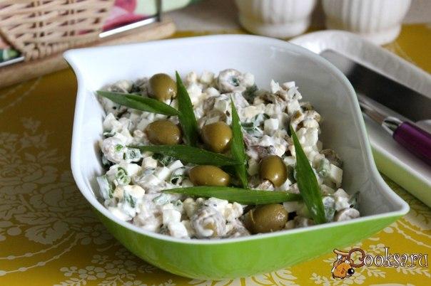 Яичный салат с копченой скумбрией и оливками Для приготовления простого, но вкусного и сытного яичного салата с копченой скумбрией и оливками потребуется совсем немного времени и сил. Его можно подать в будний день к обеду или ужину, а можно приготовить к праздничному столу или на пикник. Так же, с этим салатом получаются очень вкусные сендвичи, которые будут прекрасным вариантом для завтрака или перекуса.