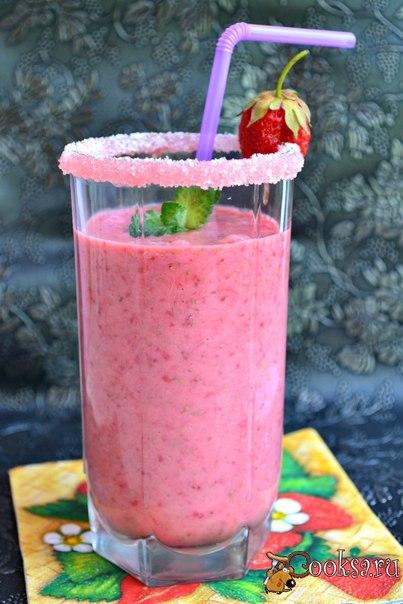 Клубничный коктейль с мятой Обязательно приготовьте замечательный клубничный коктейль с мятой, который получается таким вкусным и ароматным. В летнюю жару - отличный прохладительный напиток!