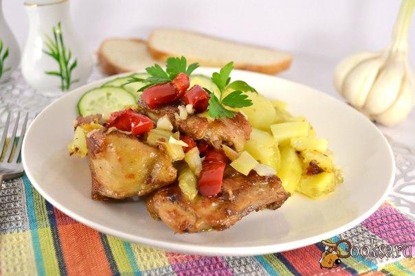 Курица жареная на сковороде со сладким перцем и чесноком Курица жареная на сковороде со сладким перцем и чесноком готовится совершенно просто, а получается необычайно вкусной и ароматной. Подать ее можно с рисом, отварным картофелем, гречкой или любым другим - по вашему вкусу.