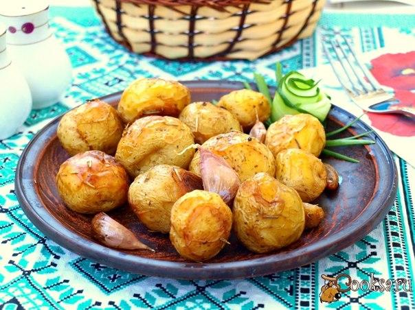 Молодая картошка запечённая в пергаменте Предлагаю вам вкусную молодую картошку запечённую в пергаменте. При минимальном наборе продуктов получается замечательное блюдо, которое послужит идеальным гарниром на завтрак или ужин.