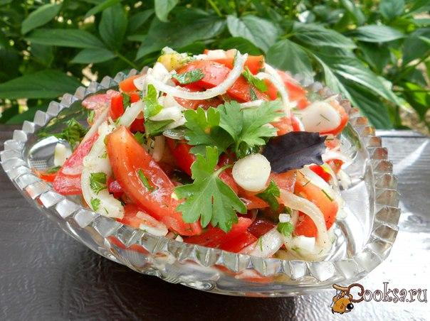 Острый салат из помидоров и лука Простой, но очень вкусный острый салат из помидоров и лука, который отлично подать к обеду или ужину с отварным картофелем и мясом. Также такой салатик прекрасно подойдет к шашлыку.