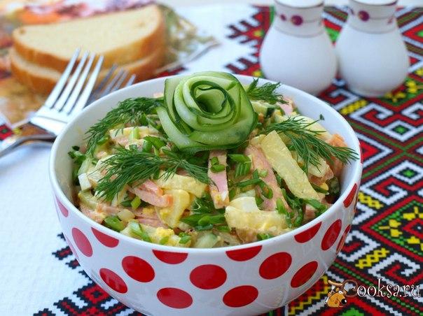 Салат с колбасой, картофелем и свежим огурцом Салат с колбасой, картофелем и огурцом - вкусный и сытный салат для разнообразия вашего летнего меню. Такой салат можно приготовить на завтрак или ужин как самостоятельное блюдо. Если использовать для салата запечённую картошку, то он приобретёт неповторимый вкус.