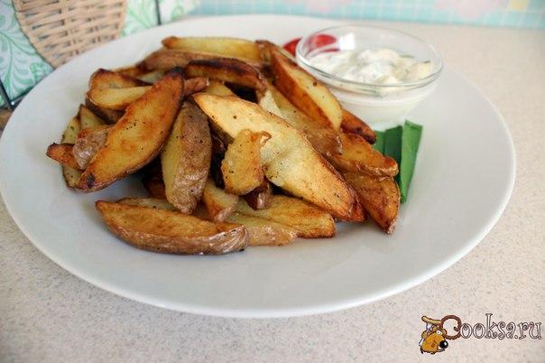 Жареный молодой картофель Вы пробовали жарить молодую картошку? Разваливается и слипается? С этим легко справиться! Жареный молодой картофель - простое и вкусное и ароматное блюдо, приготовление которого займет совсем немного времени. Его можно подать с соусом из сметаны и зелени как самостоятельное блюдо, а можно и на гарнир к рыбе или мясу.