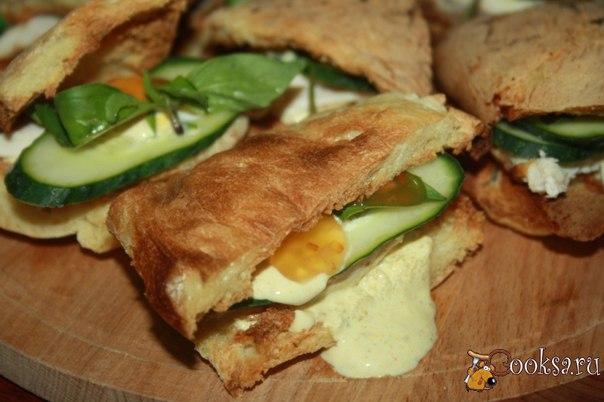 """Хрустящие сендвичи с запеченной куриной грудкой и пряным соусом с карри и кориандром Хрустящие сендвичи с запеченной куриной грудкой и пряным соусом с карри и кориандром - это очень вкусные бутерброды. Скажем прямо, для фуршетного стола их делать не стоит, поскольку все гости будут в соусе и крошках, а вот для домашних """"похрустелок"""" - в самый раз! Если не знаете, чего бы такого вкусненького и интересненького придумать к ужину, сделайте подобные сендвичи, поверьте, равнодушных не…"""