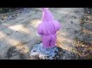 Розовый гном гуляет по льду Pink gnome walking on ice