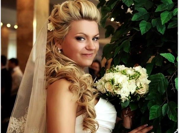 Свадебные варианты причёсок на длинные волосы. Фото №5