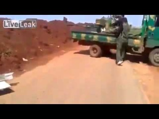 Война в Сирии. Выстрел из танка поражает зенитку террористов.