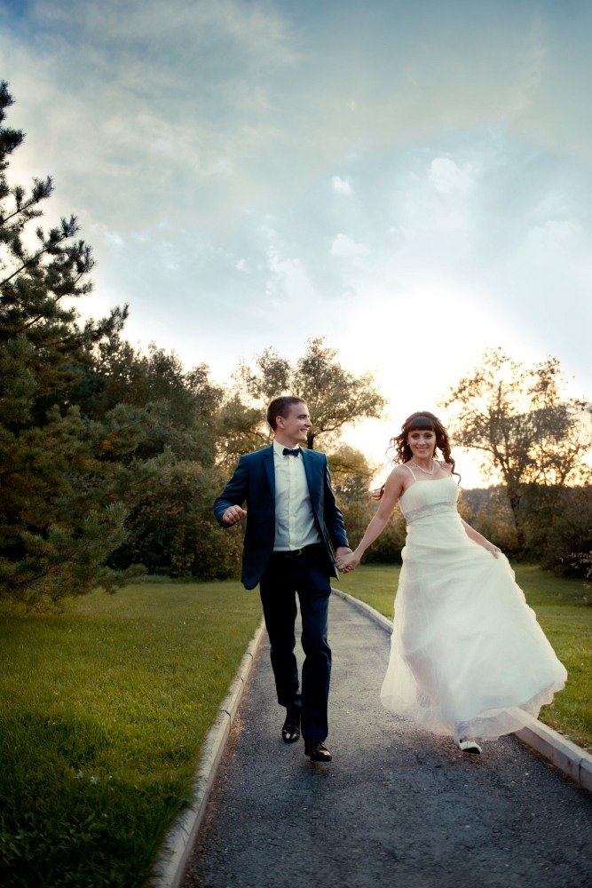 бегущие влюбленные жених и невеста счастье есть