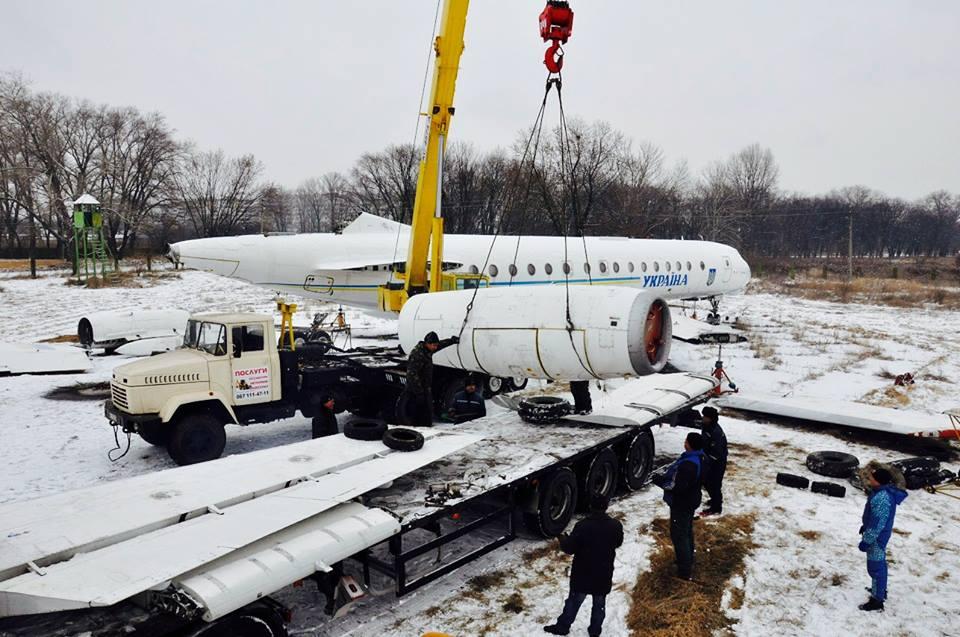 Погрузка Ту-134А-3 специального назначения