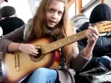 Девчонка классно поет песню на французком под гитару в электричке