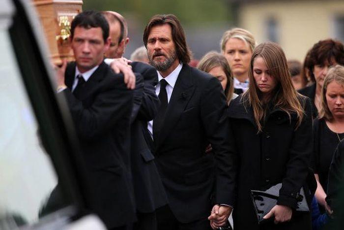 Актер Джим Керри нес гроб своей бывшей подруги, совершившей суицид
