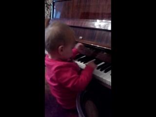 Наша будущая пианистка))