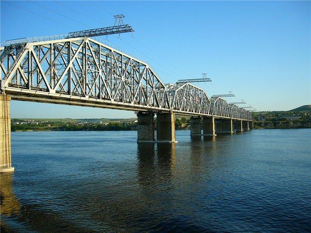 Железнодорожный мост через Волгу в районе Сызрани 1951 года постройки.