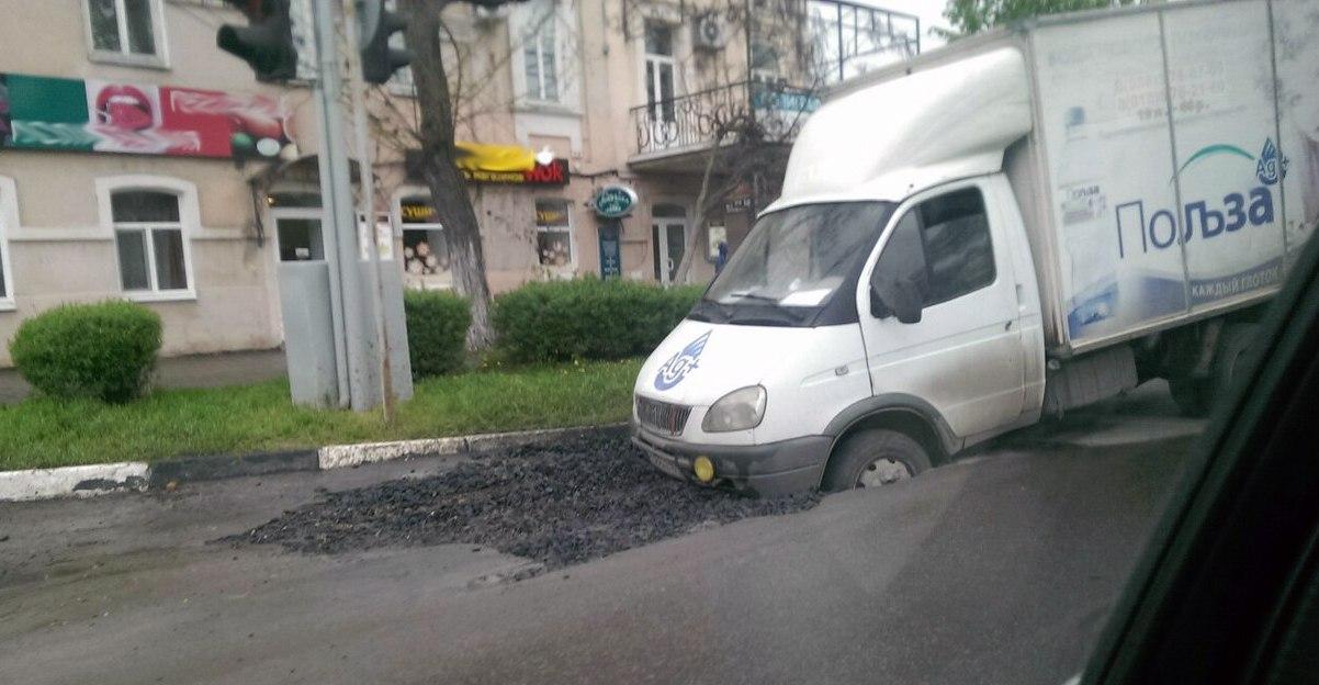 В центре Таганрога напротив парка Горького в яму с щебнем провалилась «Газель»