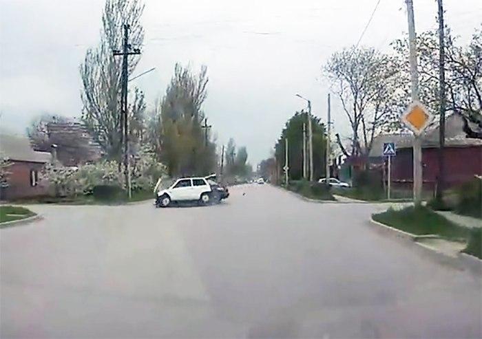 В соцсетях появилось видео столкновения «Оки» и Volkswagen Passat на 2-ой Советской