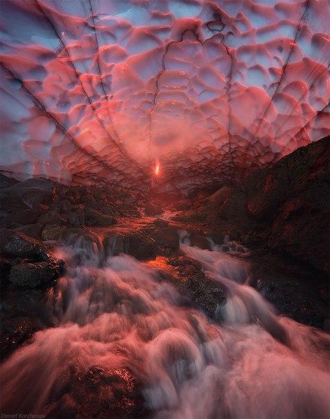 Гигантская ледовая пещера под Мутновским вулканом, Камчатка. Автор фото: Даниил Коржонов.