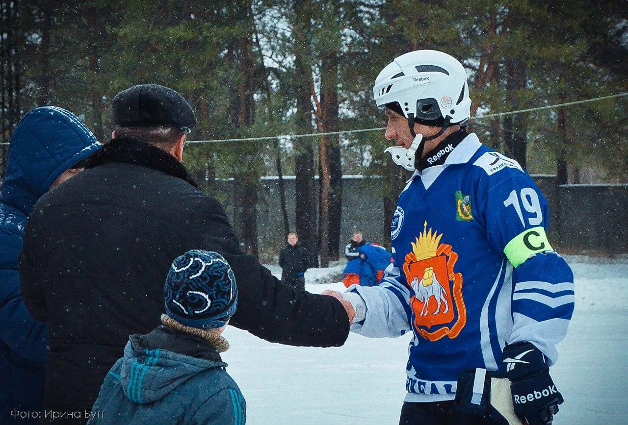 награждение одного из лучших игроков команды Никельщик по итогам данной встречи (08.12.2014)
