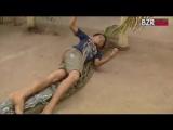 Que pai desnaturado colocaria uma cobra gigante pra brincar com seu filho?