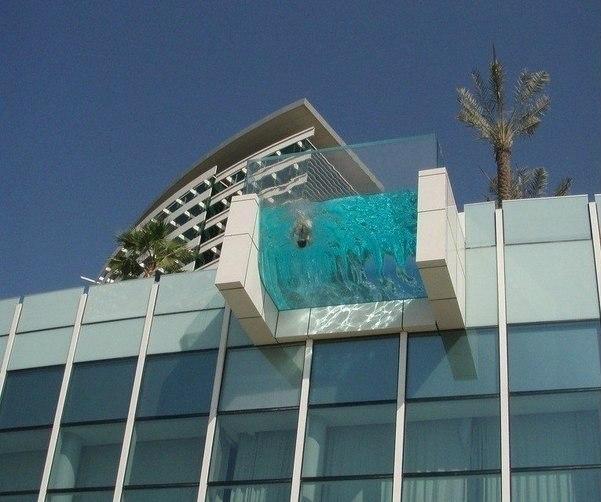 Стеклянный бассейн-балкон
