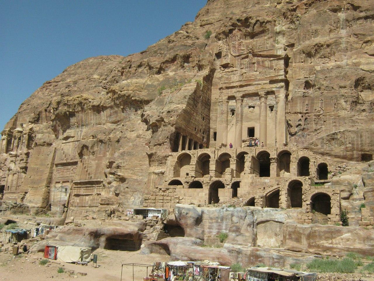 скопление гробниц в древнем городе Петре
