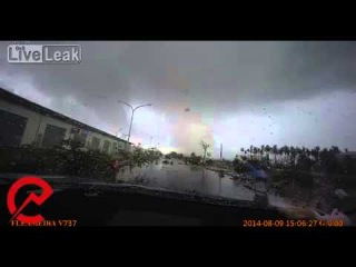Машину сдул с дороги торнадо