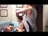 Папа делает причёску маленькой дочери.