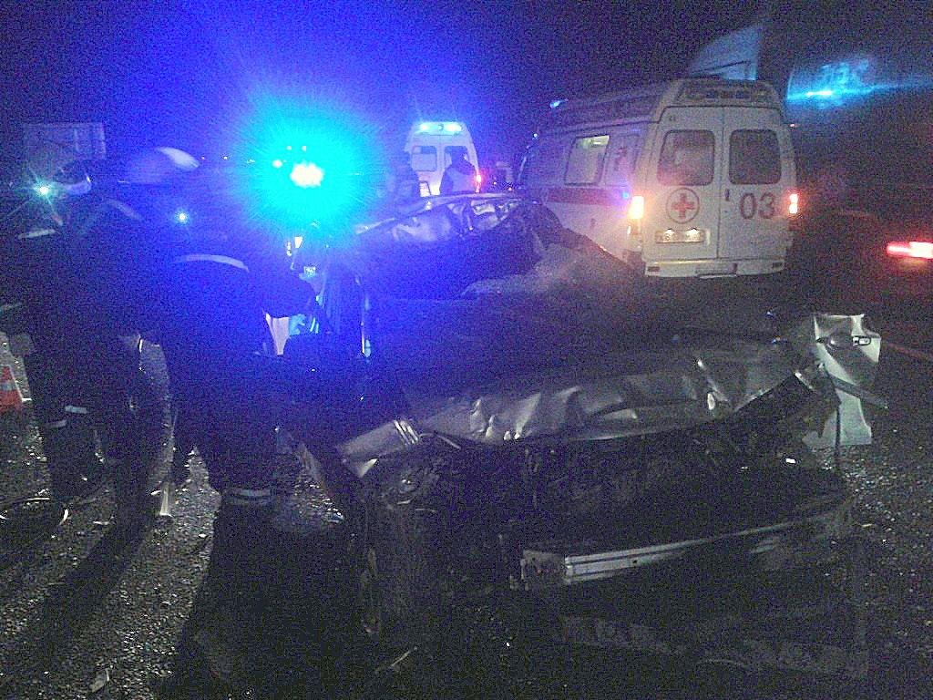 На трассе «Ростов-Таганрог» Mazda 6 столкнулась с длинномером, один человек погиб