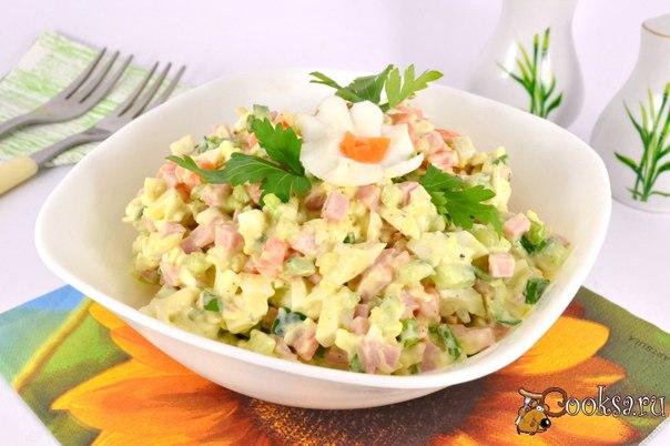 Салат с колбасой и плавленным сыром Необычайно вкусный, простой салатик, который можно приготовить и на ужин, и на праздничный стол.