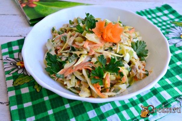 Салат с курицей, капустой, яйцом и корейской морковью #салат #кулинария #рецепты #еда #ужин #вкусно Очень вкусный салат с курицей, капустой, яйцом и корейской морковью особенно придется по вкусу мужской половине. Моему мужу очень понравился этот салат - в меру остренький и довольно сытный.