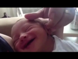Новорожденный на мамину ласку отвечает беззубой улыбкой. Очень милое и позитивное видео