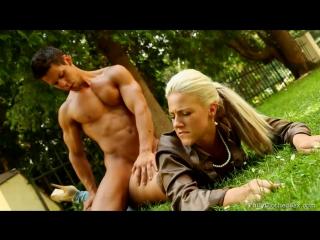 Секс с блондином на природе