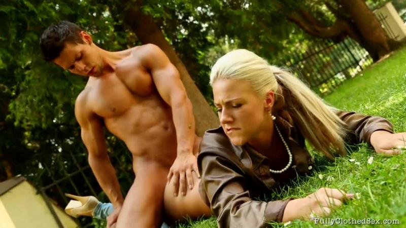 Nathaly Cherie - Grass Burns And Satin Passion секс на природе sex blonde блондинка сосет минет blowjob 18+
