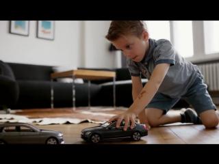 Mercedes-Benz разыграла маленьких любителей сталкивать игрушечные автомобили