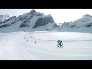 Потрясающий спуск с горы по снегу на велосипедах со скорость