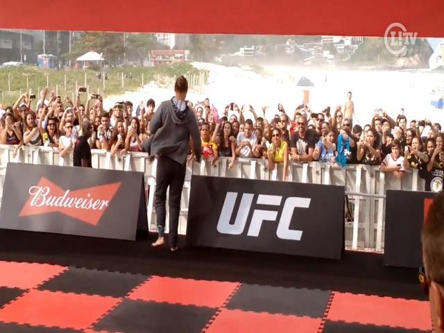 Ronda Rousey dribla segurança e causa alvoroço com fãs no Rio