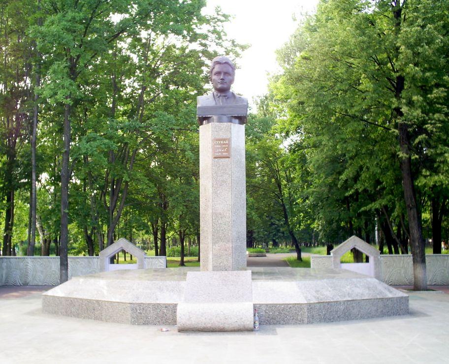 Памятник Роза из двух видов гранита Арск Мемориальный комплекс из малинового кварцита и гранитов Шарыпово