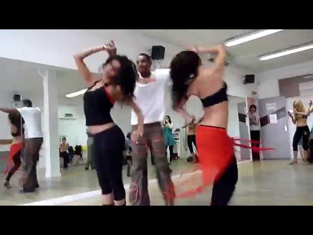 Танец просто кайф Парень танцует с двумя девушками