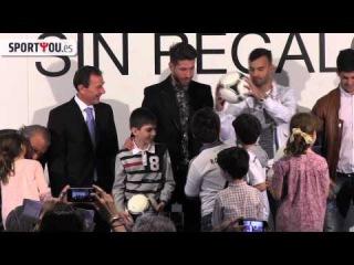 Regalos, niños, zapatillas brillantes y risas con Ramos, Isco y Jesé