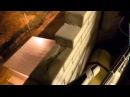 Пацан голыми руками разбирает кладку балкона в новостройке