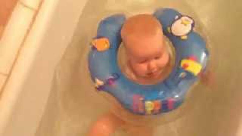 Настя купается в круге flipper
