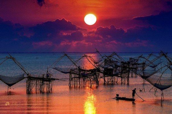 Закат на озере Сонгкхла в провинции Пхаттхалунг, Таиланд